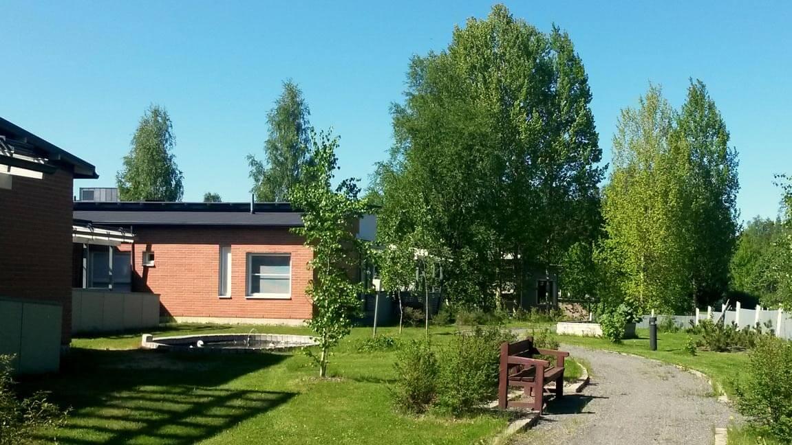 Karpalokodissa on oma viihtyisä piha, jossa on mm. kävelyreittejä ja suihkulähde.